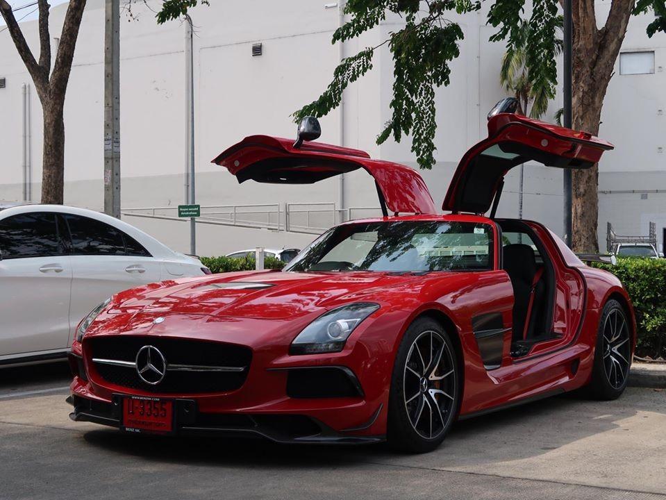 Có rất nhiều phiên bản Mercedes-Benz SLS AMG ra đời, mỗi chiếc xe sẽ có sự khác biệt nhưng ít ai sưu tầm đến 4 chiếc Mercedes-Benz SLS AMG trong garage như ông Đặng Lê Nguyên Vũ, Chủ tịch Trung Nguyên. Nếu hỏi vị đại gia này còn thiếu phiên bản nào của dòng siêu xe cửa cánh chim này thì xin mạnh dạn nói rằng đó chính là Mercedes-Benz SLS AMG Black Series.