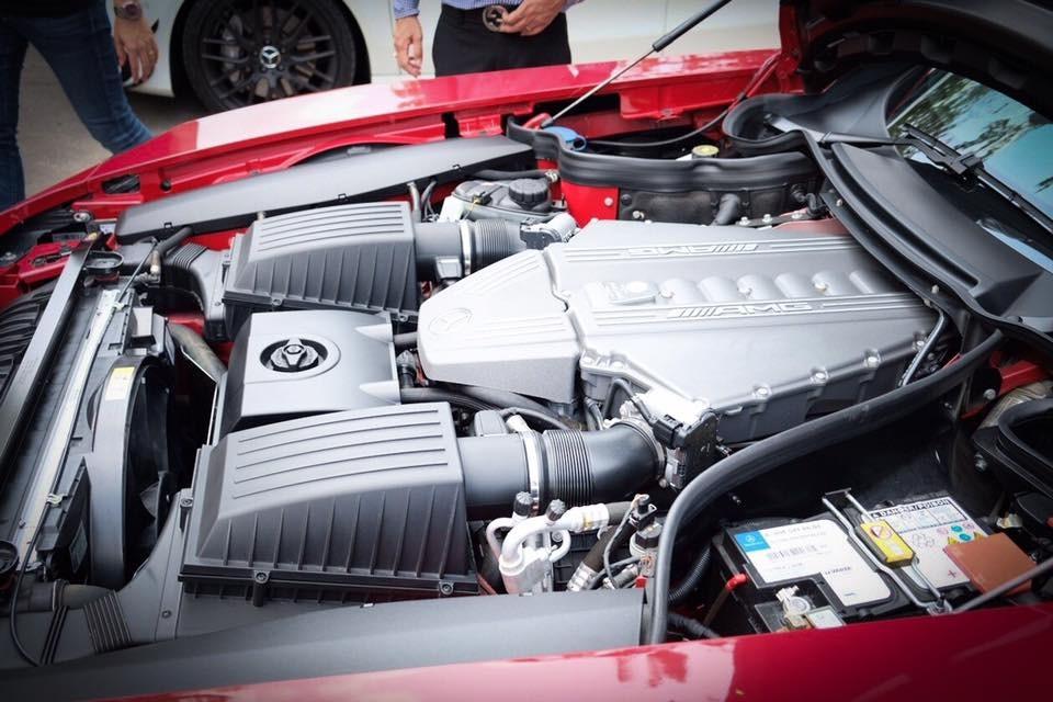 Không chỉ giảm cân, hãng xe Mercedes-Benz còn cải tiến khối động cơ V8, dung tích 6.2 lít của bản tiêu chuẩn nhằm giúp phiên bản SLS AMG Black Series có công suất cực đại 622 mã lực, tăng thêm 39 mã lực so với bản tiêu chuẩn. Động cơ trên kết hợp cùng hộp số tự động 7 cấp tốc độ ly hợp kép.