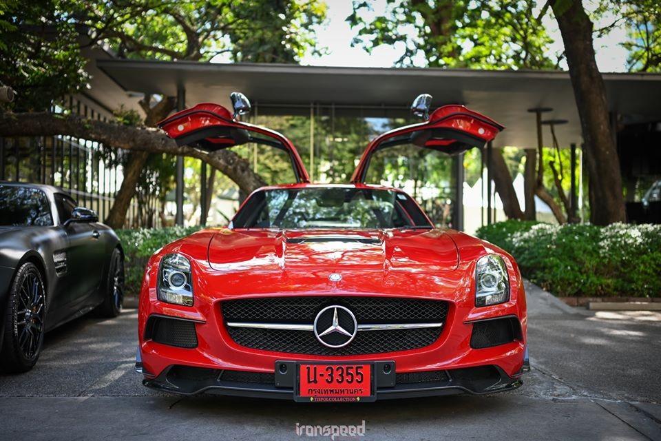 Có nhiều người chơi siêu xe luôn mong muốn trong garage của mình sẽ sở hữu ít nhất một thương hiệu xe đình đám, hoặc một bộ sưu tập siêu xe được gọi là hypercar, tức ám chỉ những chiếc xe có giá bán trên 1 triệu đô la. Vậy có ai đó nghĩ sẽ sưu tầm bộ sưu tập xe của một phiên bản nhất định như Mercedes-Benz SLS AMG, chiếc siêu xe đầu tiên của hãng xe Đức sau khi không cộng tác cùng với hãng McLaren để tạo ra chiếc Mercedes-Benz SLR McLaren.