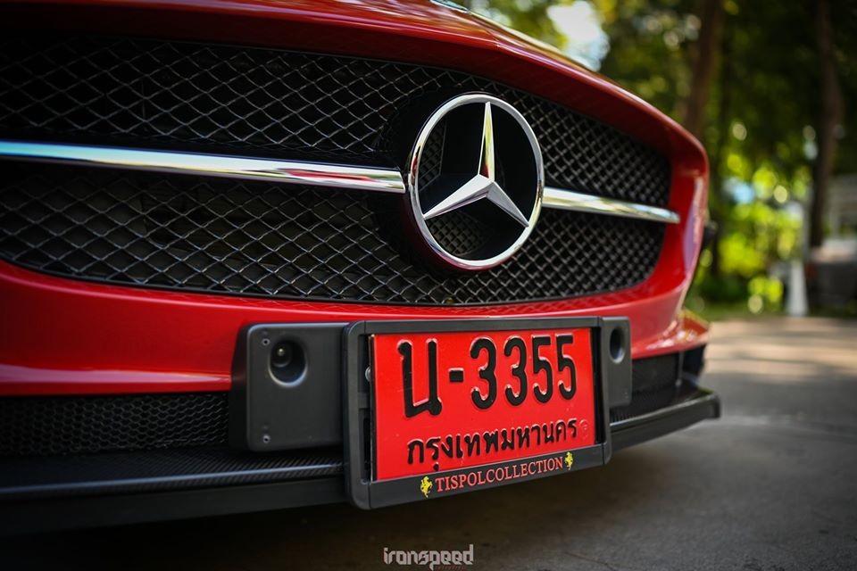 Những điểm khác biệt của siêu xe Mercedes-Benz SLS AMG Black Series so với xe Mercedes-Benz SLS AMG của ông Đặng Lê Nguyên Vũ bao gồm cản va trước và ốp hốc gió 2 bên hông đầu xe thiết kế mới và bằng sợi carbon.