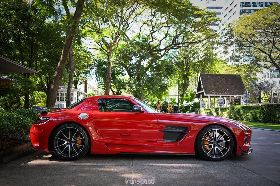 Vậy siêu xe Mercedes-Benz SLS AMG Black Series có gì đặc biệt? Xin thưa rằng nếu chiếc siêu xe Mercedes-Benz SLS AMG GT Final Edition đang có mặt trong garage của ông Đặng Lê Nguyên Vũ có số lượng giới hạn 350 chiếc trên toàn thế giới thì mẫu xe Mercedes-Benz SLS AMG Black Series chỉ sản xuất ra có 150 xe.