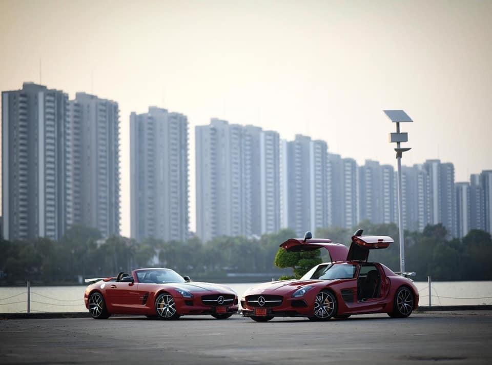 Mercedes-Benz SLS AMG Black Series khoe dáng cùng một chiếc Mercedes-Benz SLS AMG GT Final Edition mui trần cũng có số lượng sản xuất cực kỳ hạn chế