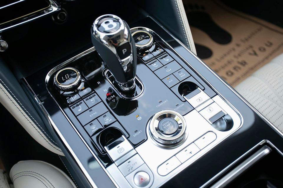 Hiện chưa rõ mức giá xe Bentley Flying Spur First Edition 2020 ở Campuchia là bao nhiêu, chỉ biết rằng, tại thị trường nước ngoài, chiếc xe siêu sang Bentley Flying Spur phiên bản đặc biệt này có giá từ 270.000 đô la, tương đương 6.3 tỷ đồng.