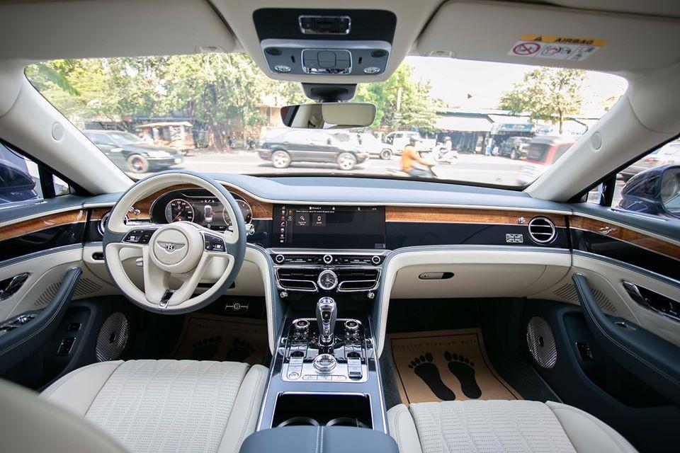 Nội thất của Bentley Flying Spur First Edition 2020 cũng mang vẻ quý tộc nhất thường chỉ được trang bị tùy chọn cho Bentley Flying Spur 2020 bản tiêu chuẩn. Màn hình xoay Bentley Rotating Display của hệ thống thông tin giải trí và gói an toàn Touring Specification.