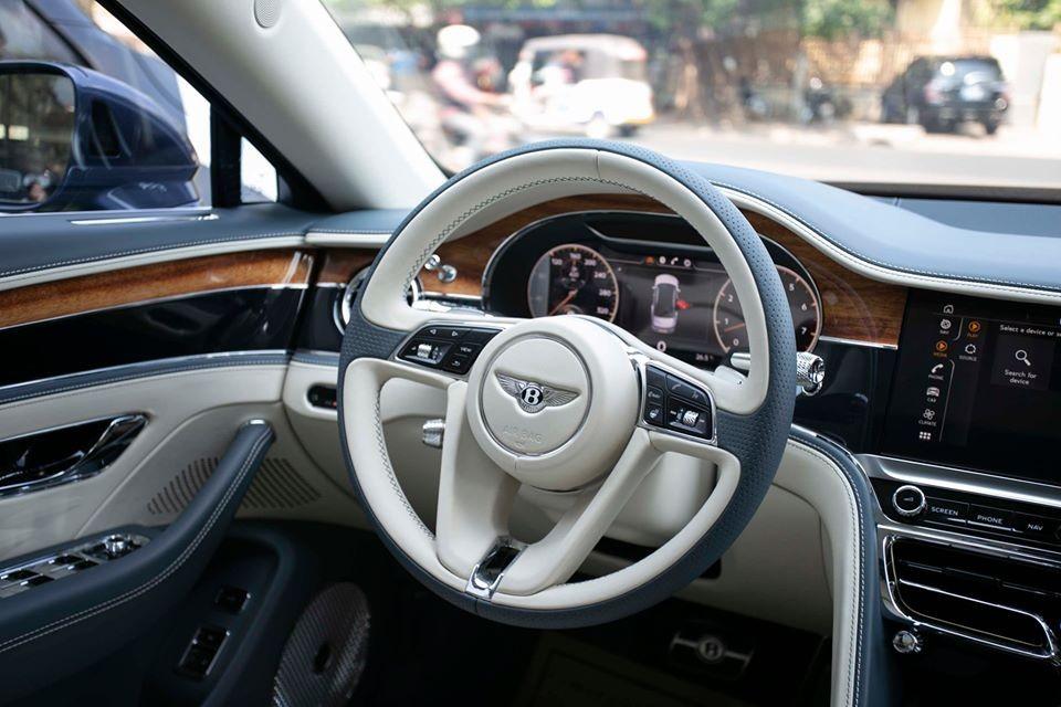 Kết hợp với hộp số tự động ly hợp kép ZF 8 cấp, động cơ giúp mẫu sedan hạng sang nặng 2.437 kg này có thể tăng tốc từ 0-100 km/h trong thời gian chỉ 3,8 giây và đạt vận tốc tối đa 333 km/h, không thua kém gì siêu xe.