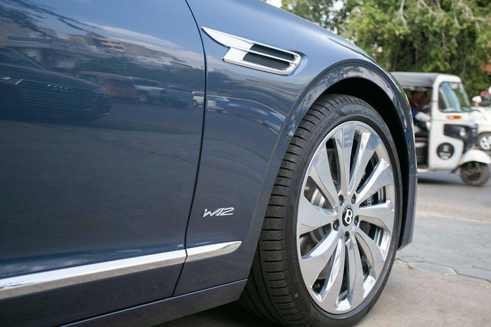 Đáng tiếc là động cơ của Bentley Flying Spur First Edition 2020 không có gì khác so với bản tiêu chuẩn. Xe cũng được trang bị động cơ xăng W12, tăng áp kép, dung tích 6.0 lít, sản sinh công suất tối đa 635 mã lực và mô-men xoắn cực đại 990 Nm.