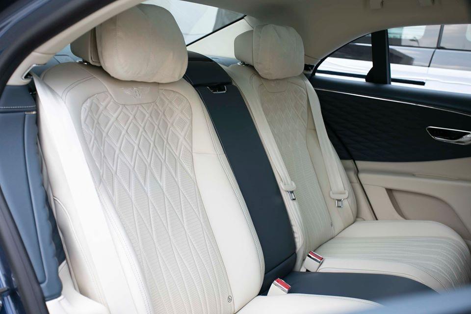 Những trang bị tiêu chuẩn còn lại của Bentley Flying Spur First Edition 2020 gồm có hệ thống đèn viền nội thất có thể thay đổi màu sắc, cửa sổ trời toàn cảnh Paronama cũng như rèm che nắng bằng Alcantara chỉnh điện và trùng màu nội thất. Tất nhiên, danh sách trang bị dành cho Bentley Flying Spur First Edition 2020 gần như là không giới hạn vì còn phụ thuộc vào lựa chọn của khách hàng.