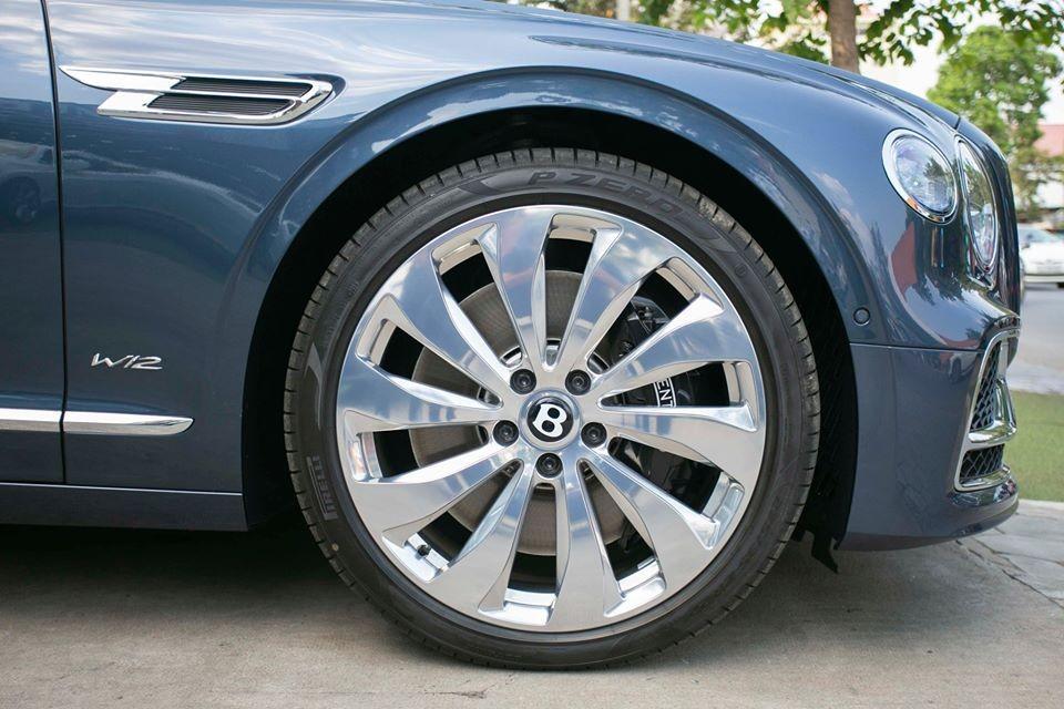 Tiếp đến, chiếc xe siêu sang Bentley Flying Spur First Edition 2020 còn đi kèm bộ vành hợp kim 22 inch, 10 chấu đơn được đánh bóng cẩn thận và do bộ phận cá nhân hoá Mulliner thửa riêng.