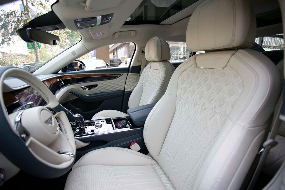 Chiếc xe siêu sang Bentley Flying Spur First Edition 2020 đầu tiên cập bến Campuchia có nội thất bọc da tông màu sáng kết hợp da màu xanh nhạt và chỉ may tương phản màu.