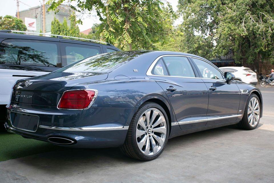 Chẳng hạn như Bentley Flying Spur First Edition 2020 sẽ có thêm huy hiệu First Edition để nhận biết so với bản tiêu chuẩn, ngoài ra là cờ Anh xuất hiện ở cột C hay bên trong khoang lái. Bản giới hạn này cũng đi kèm bộ vành hợp kim 22 inch được bộ phận Mulliner làm riêng và nhiều chi tiết độc quyền khác.