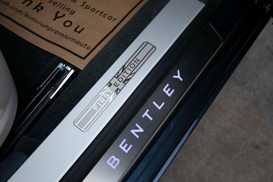 Mở cửa bước vào bên trong khoang lái, những dấu hiệu đặc biệt của dòng xe Bentley Flying Spur First Edition 2020 sẽ thể hiện ngay lập tức ở bậc cửa với dòng chữ Bentley phát sáng. Phía trên còn có dòng chữ First Edition lồng vào trong logo cờ Anh.