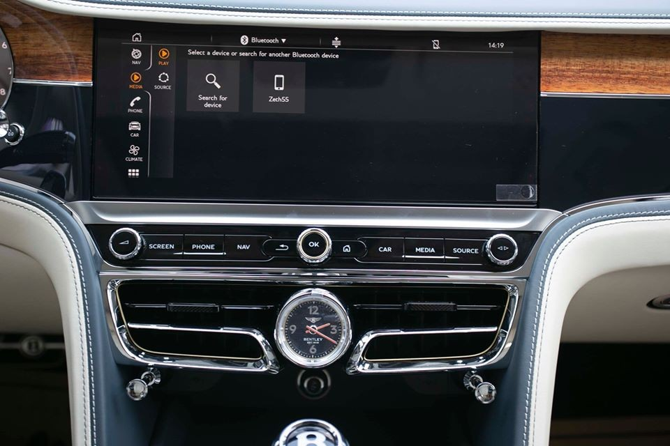 Màn hình xoay Bentley Rotating Display của hệ thống thông tin giải trí và gói an toàn Touring Specification.