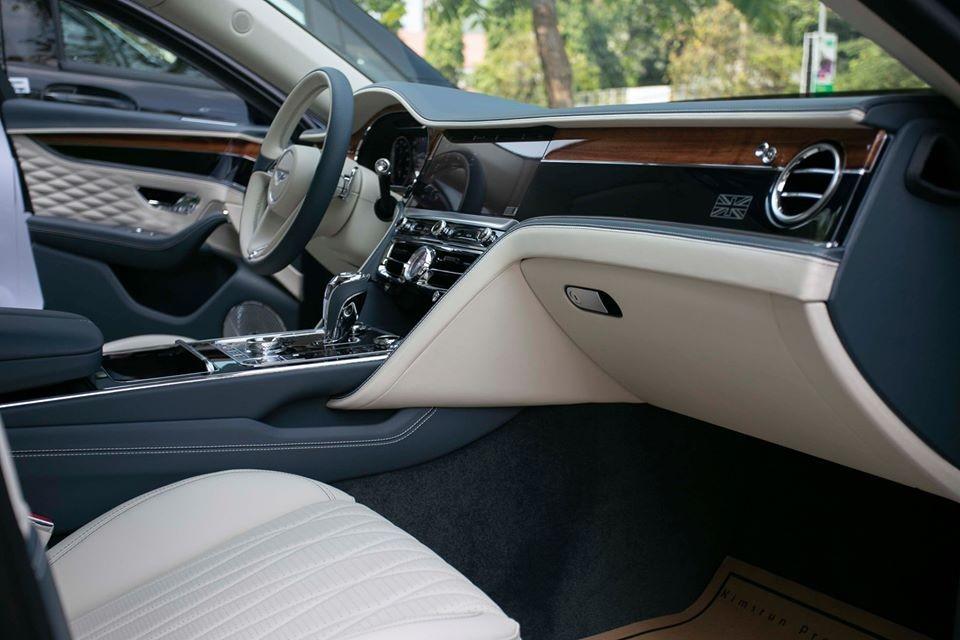 Ngoài ra còn không thiếu các chi tiết ốp gỗ quý hiếm tạo nên vẻ đẹp sang trọng cho Bentley Flying Spur First Edition 2020.