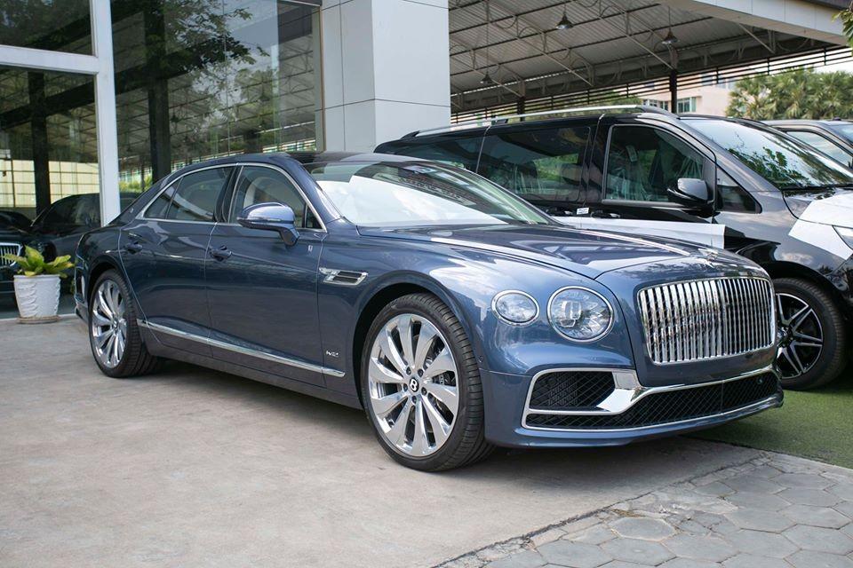 Trong đó, gần đây nhất là mẫu xe đặc biệt Bentley Flying Spur First Edition 2020, một chiếc xe đỉnh cao của sang trọng và lịch lãm đã có mặt tại Campuchia khiến không ít đại gia Việt thèm thuồng vì chưa có chiếc nào xuất hiện tại dải đất hình chữ S.