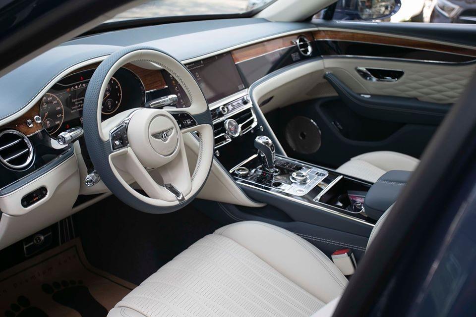 Trong đó, gói Touring Specification dành cho Bentley Flying Spur First Edition 2020 bao gồm hệ thống hỗ trợ làn đường, quan sát ban đêm, màn hình hiển thị thông tin kính lái và hệ thống kiểm soát hành trình thích ứng.