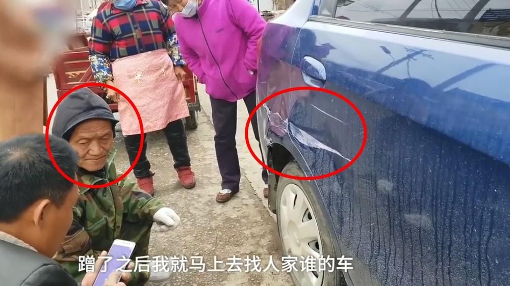 Ông lão cùng chiếc ô tô màu xanh