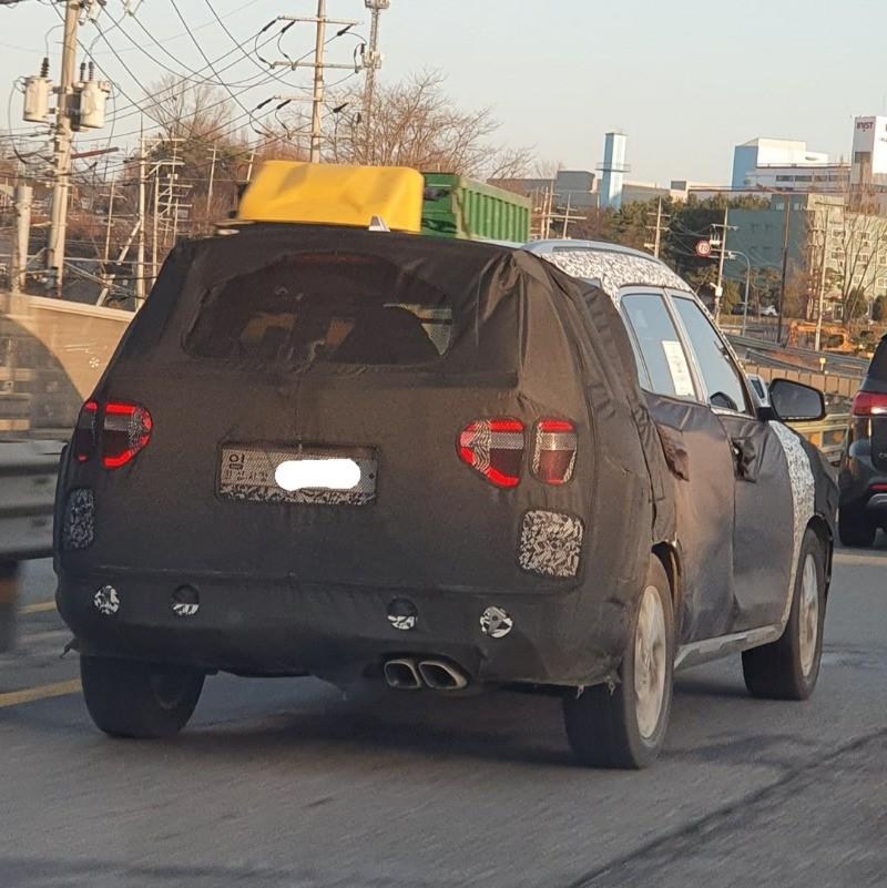 Ảnh chụp đằng sau của Hyundai Creta 7 chỗ trên đường thử