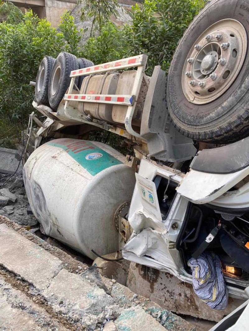 Chiếc xe bồn chở bê tông gặp nạn vào sáng nay tại tỉnh Thừa Thiên Huế