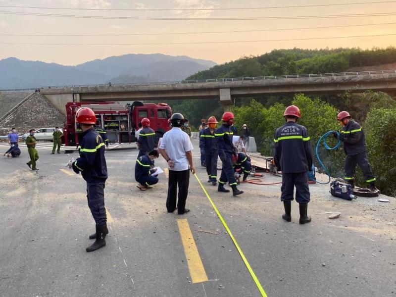 Lực lượng cứu hộ có mặt tại hiện trường vụ tai nạn