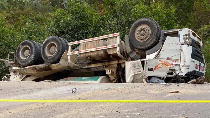 Chiếc xe bồn chở bê tông biến dạng nặng đầu xe. Tài xế tử vong trong cabin