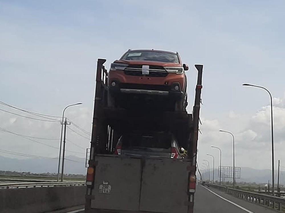 Cách đây 2 tháng, Suzuki XL7 bị bắt gặp trên một chiếc rơ-moóc mang biển số Hà nội có lớp sơn ngoại thất màu cam giống phiên bản Alpha ở thị trường Indonesia