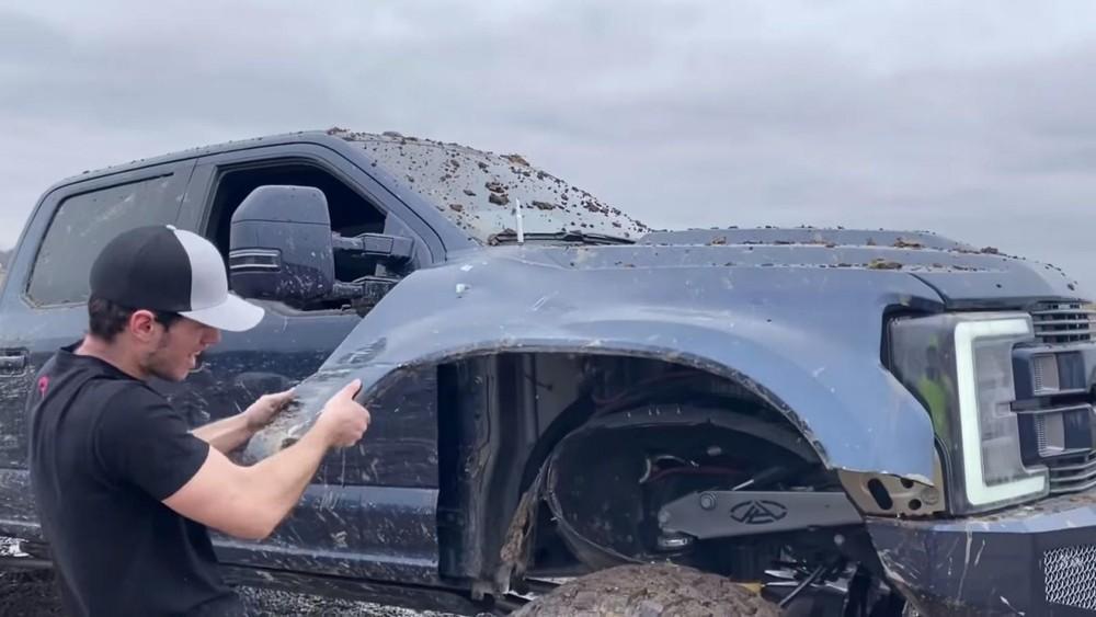 YouTuber WhistlinDiesel gỡ cản trước của chiếc Ford F-350