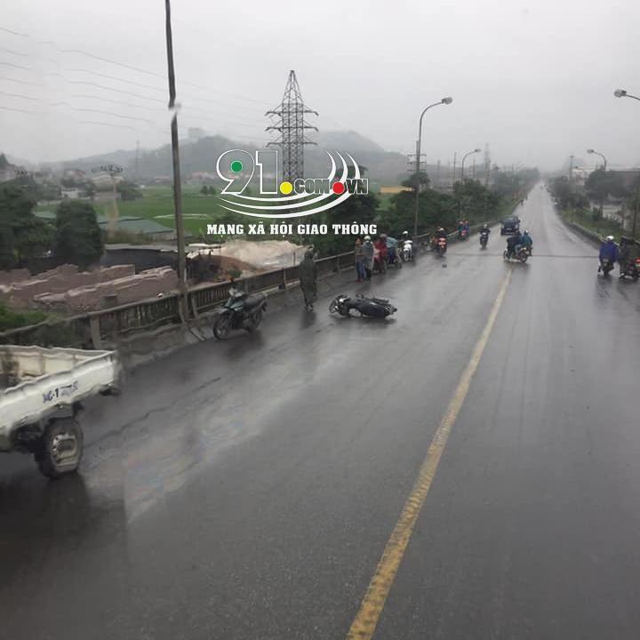 Chiếc xe máy của nạn nhân nằm trên cầu Phúc Sơn
