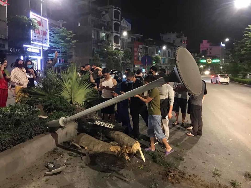 Cột đèn và gốc cây nằm đổ ra đường