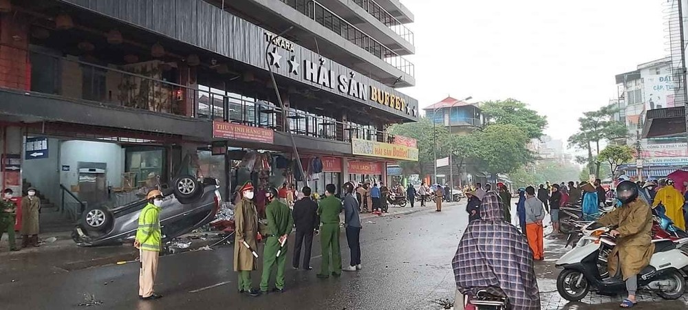 Hiện trường chiếc Honda CR-V bị lật tại chợ Phủ Lý, Hà Nam.