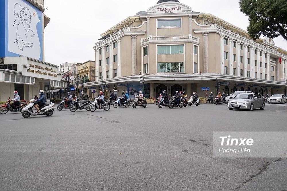 Dù Thủ tướng Chính Phủ đã ban hành Chỉ thị số 16 yêu cầu cách ly xã hội nhằm phòng chống dịch bệnh Covid-19 nhưng vẫn nhiều người dân Hà Nội ra đường