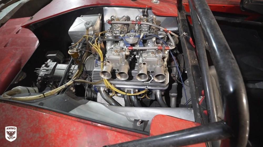 Khoang động cơ có lẽ là chỗ sạch nhất của chiếc xe