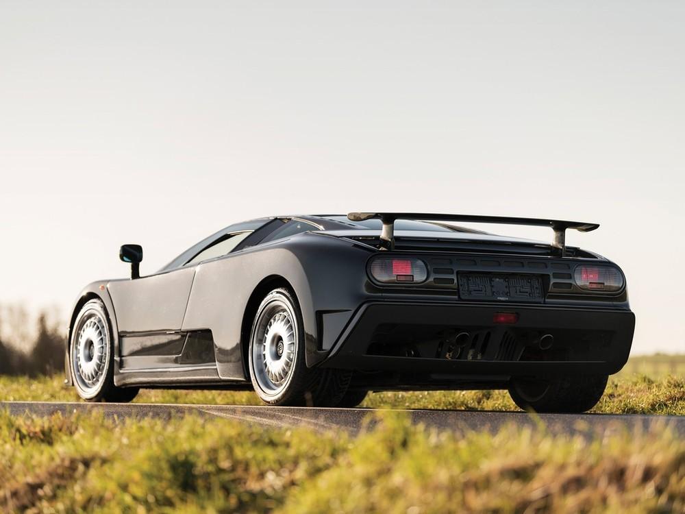 Chiếc Bugatti EB110 được mang ra chụp ảnh ở Dubai không phải thuộc bản tiêu chuẩn, chiếc xe này là Bugatti EB110 Super Sport chỉ có 30 xe sản xuất. Xe được trang bị động cơ V12, dung tích 3.5 lít, sản sinh công suất tối đa 611 mã lực.Động cơ kết hợp cùng hộp số 6 tốc độ và hệ dẫn động 4 bánh, nhờ đó, Bugatti EB110 Super Sport chỉ mất thời gian 3,2 giây để tăng tốc 0-100 km/h trước khi đạt vận tốc tối đa 348 km/h.