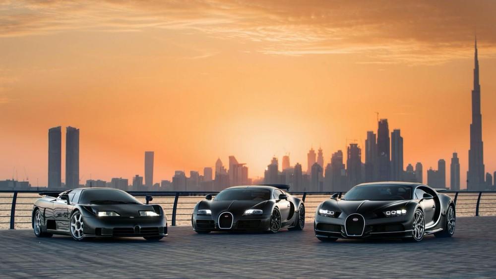 Bạn cần phải hiểu rằng EB110, Veyron và Chiron đều là những chiếc siêu xe đỉnh cao do Bugatti tạo ra và thật khó để chúng có dịp đứng hay chạy cùng nhau trong một khung hình. Nhưng điều ước bấy lâu nay của giới mê xe nay đã được thực hiện tại Dubai với những khoảnh khắc tuyệt đẹp của hoàng hôn hay trong đường đua Yas Marina Circuit.