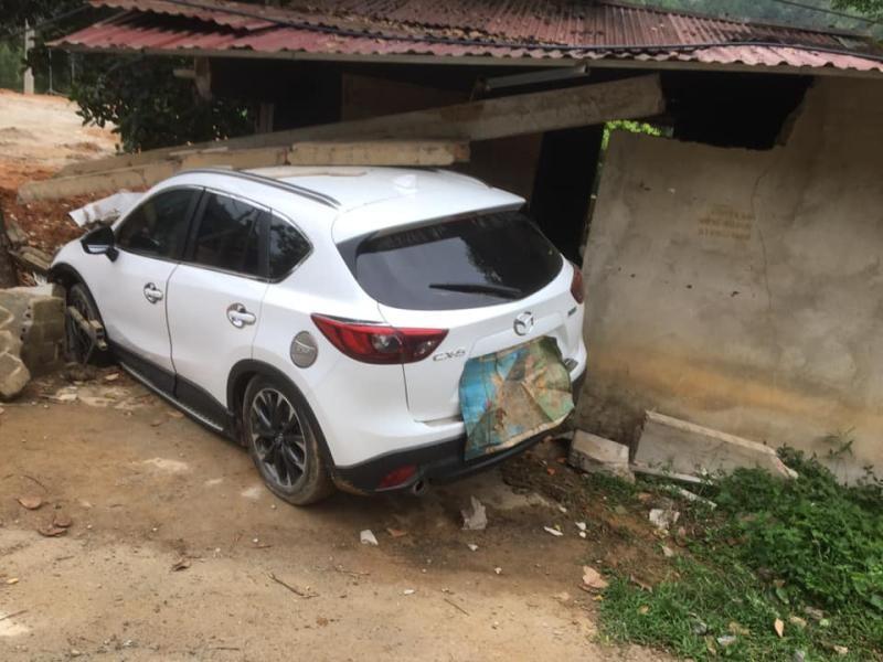 Nữ tài xế đạp nhầm chân ga khiến xe Mazda CX-5 tông sập nhà dân