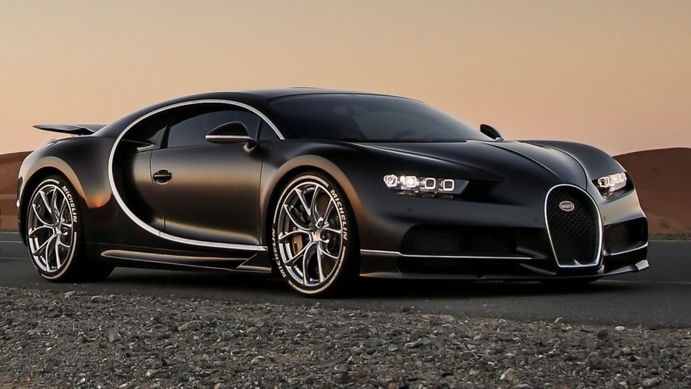 Bugatti Chiron hiện là chiếc siêu xe đỉnh cao nhất của hãng xe Pháp sau khi dừng sản xuất Bugatti Veyron. Trên toàn thế giới có tổng cộng 500 chiếc Bugatti Chiron được sản xuất với mức giá khởi điểm 2,6 triệu đô la. Xe sở hữu động cơ W16, dung tích 8.0 lít, 4 bộ tăng áp, sản sinh công suất tối đa lên đến 1.500 mã lực và mô-men xoắn cực đại đạt 1.600 Nm. Ông hoàng tốc độ Bugatti Chiron chỉ mất thời gian 2,5 giây có thể tăng tốc lên 100 km/h từ vị trí xuất phát trước khi đạt vận tốc tối đa 420 km/h.