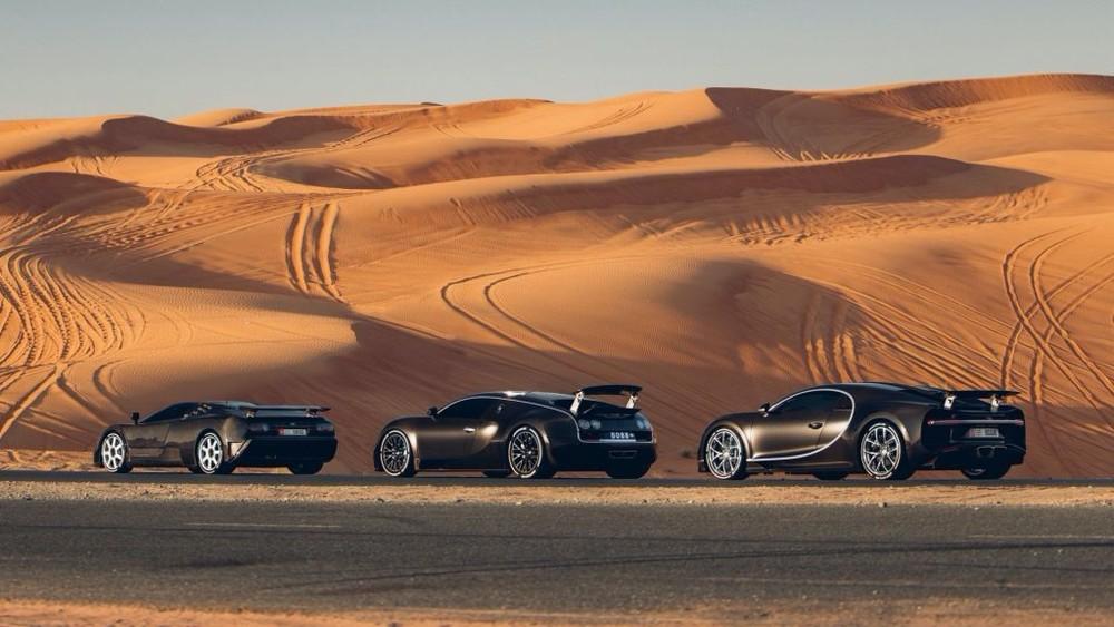 Không những thế, bộ 3 siêu xe Bugatti này còn xếp hàng rất ngay ngắn và đúng thứ tự. Trong ảnh là Bugatti EB110 xếp hàng đầu tiên, tiếp theo đó là phiên bản kế nhiệm Bugatti Veyron và cuối cùng là Bugatti Chiron.