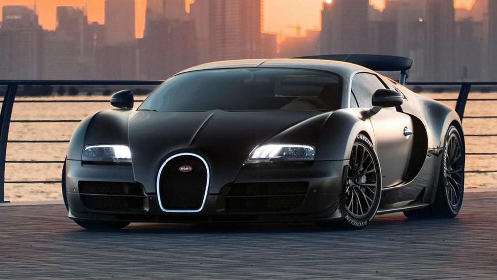 Sau Bugatti EB110, hãng siêu xe Pháp trình làng Bugatti Veyron được mệnh danh là ông vua tốc độ với chỉ 450 xe được sản xuất trên toàn thế giới. Trong số này có một chiếc về Việt Nam và hiện đang nằm trong garage của ông Đặng Lê Nguyên Vũ, Chủ tịch Trung Nguyên.