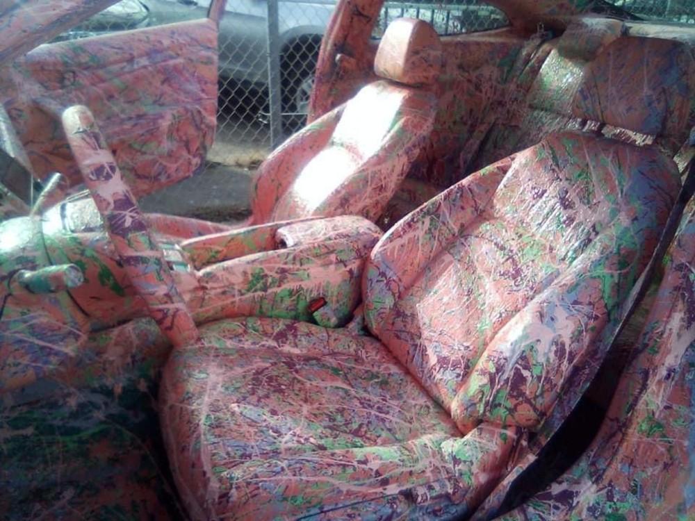 Nhiều người vẫn thắc mắc không rõ chủ nhân chiếc xe làm thế nào để có thể sơn hồng được nhiều chi tiết chất liệu khác nhau bên trong chiếc Honda Civic này.