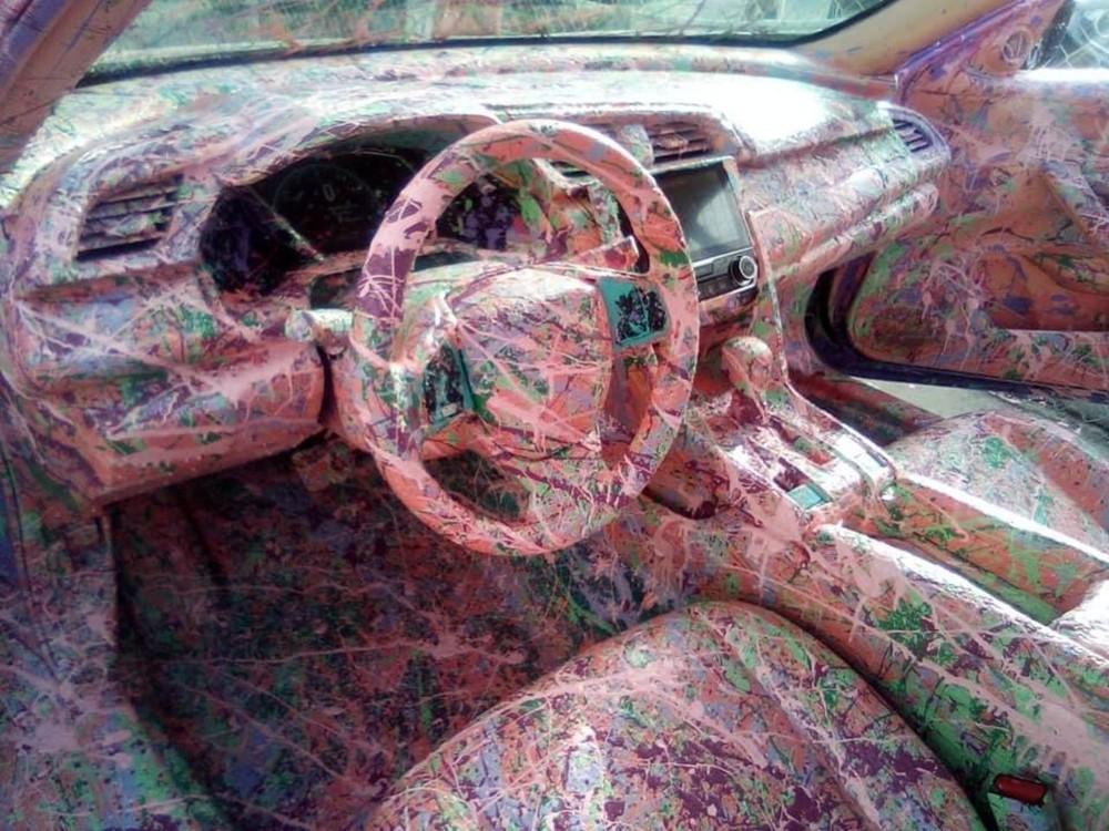Nội thất của xe cũng được phủ một mầu hồng kỳ lạ.