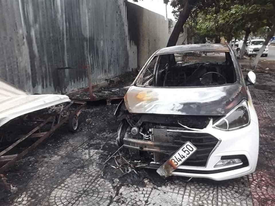 Chiếc ô tô Hyundai Grand i10 bốc cháy khi đang đỗ trên vỉa hè