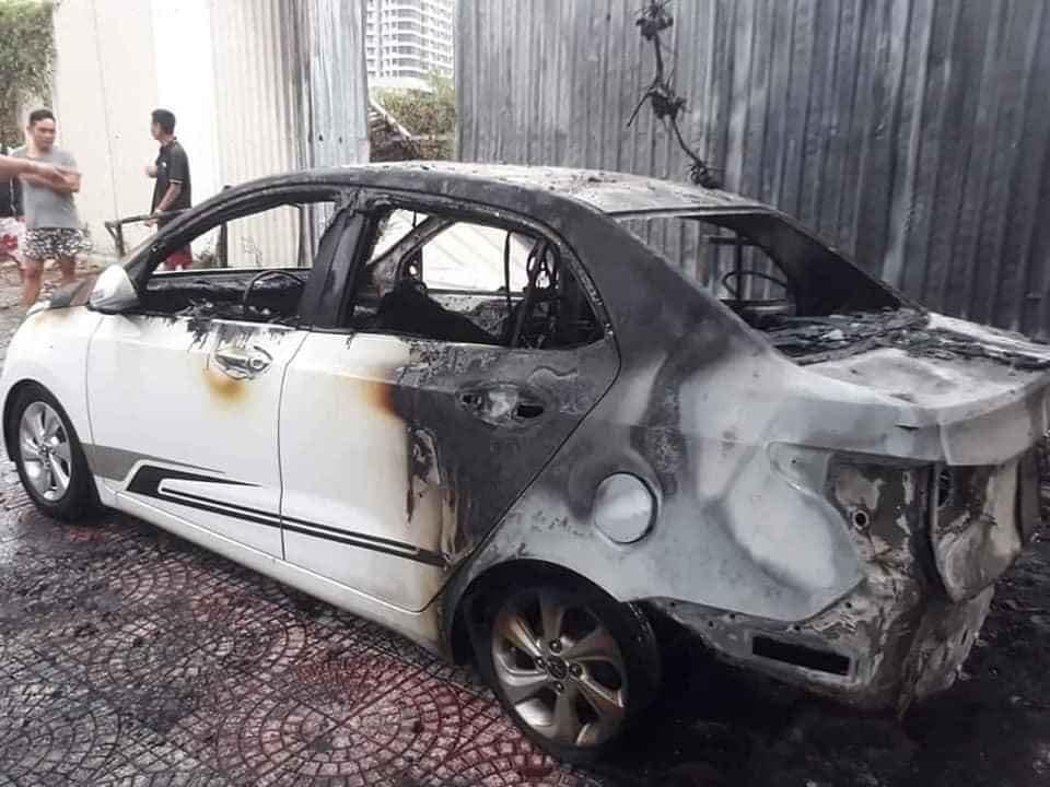 Chiếc ô tô Hyundai Grand i10 hư hỏng hoàn toàn sau vụ cháy