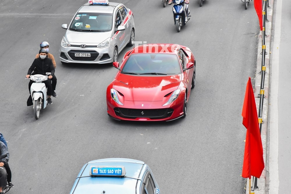 Siêu xe Ferrari 812 Superfast di chuyển trên đường phố Hà Nội