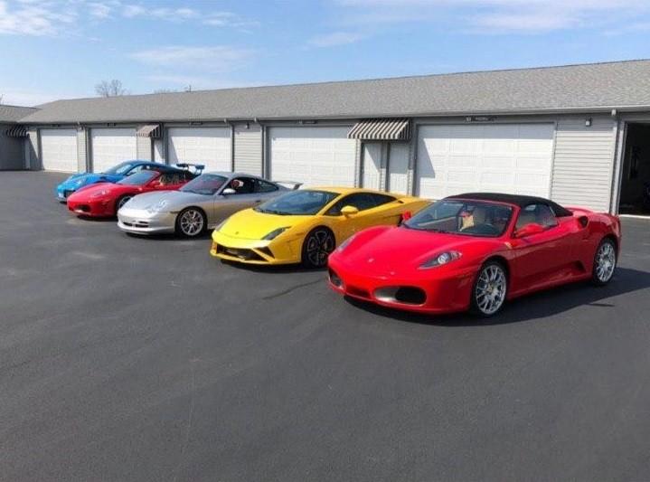 Trong số 7 chiếc xe được rao bán, có cả siêu xe Ferrari và Lamborghini