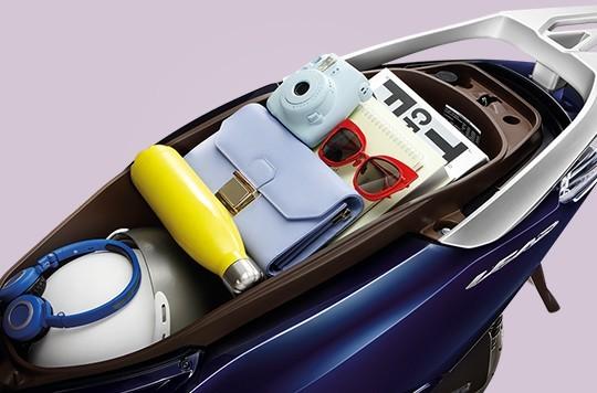 Cốp xe Honda Lead gây ấn tượng với khả năng chứa được rất nhiều đồ