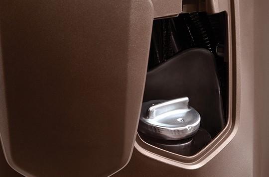 Nắp bình xăng của xe được chuyển lên vị trí phía trước, giúp việc đổ xăng dễ dàng và tiện lợi hơn