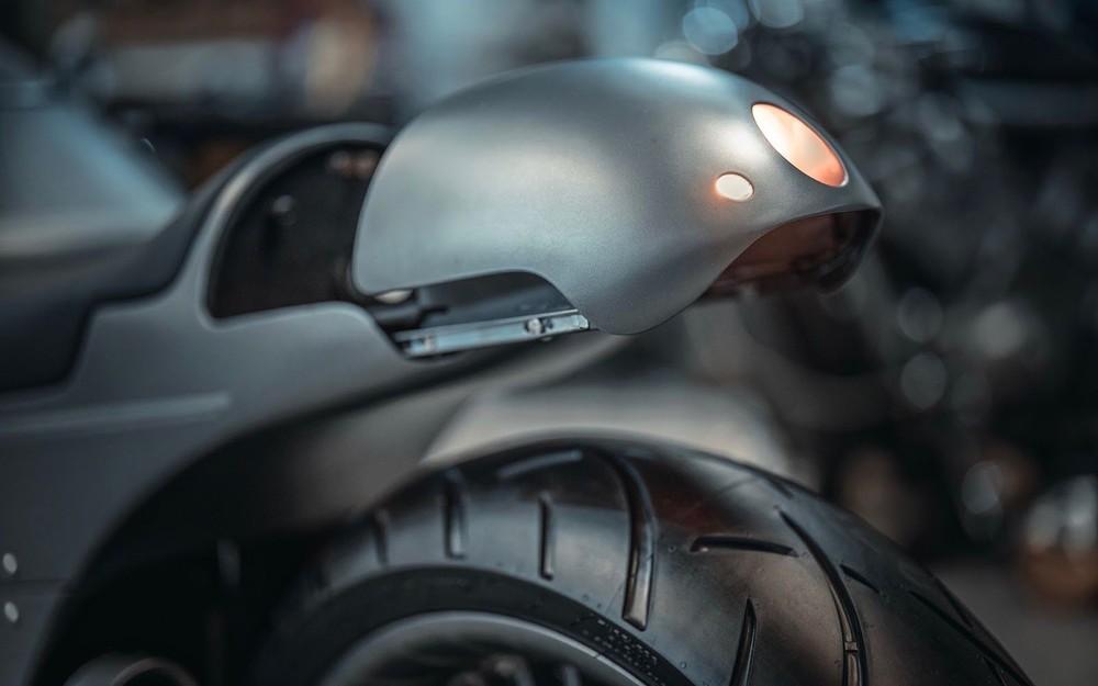 Ốp đuôi xe mở trượt để lộ bảng điều khiển mạch điện cùng cổng sạc thiết bị di động