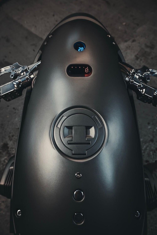 Các công tắc điều khiển và bảng đồng hồ được bố trí trên bình xăng của xe