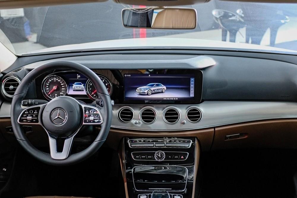 Cabin lái Mercedes-Benz E 180 2020