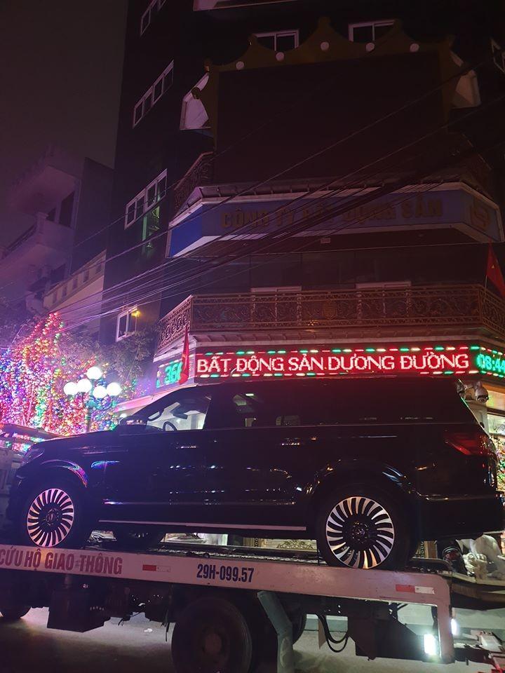 Chiếc SUV hạng sang cỡ lớn Lincoln Navigator Black Label L lúc mới được vận chuyển về công ty của nữ đại gia Dương Đường
