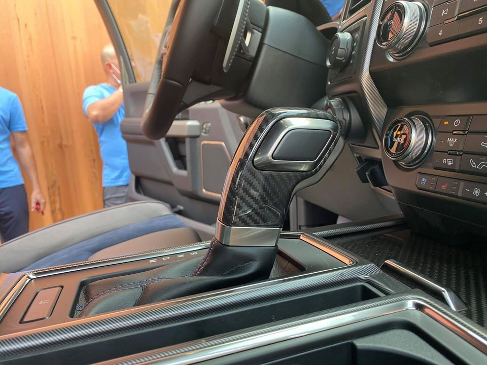 Cần số 10 cấp của xe Ford F-150 Raptor SuperCab 2020 đầu tiên Việt Nam bọc carbon